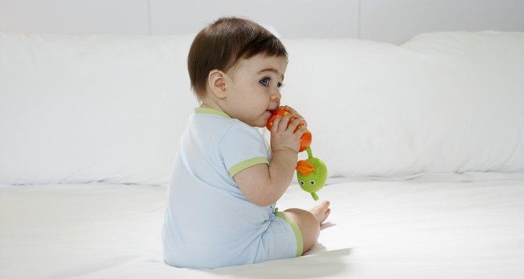 Os bebês costumam morder tudo, então faça um brinquedo especial para eles morderem