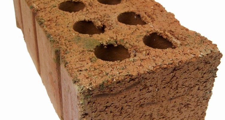 Use tijolos para elevar a cabeceira da cama