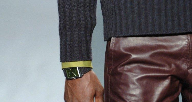Kenneth Cole también crea relojes de hombre.