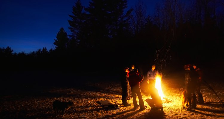 Incluir brincadeiras animará a festa com uma fogueira