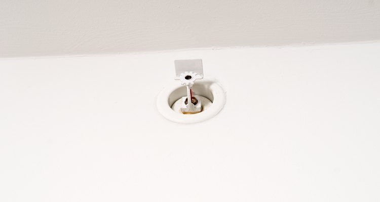 Los rociadores contra incendios se activan cuando el calor aumenta para expandir una bombilla de vidrio integrada.