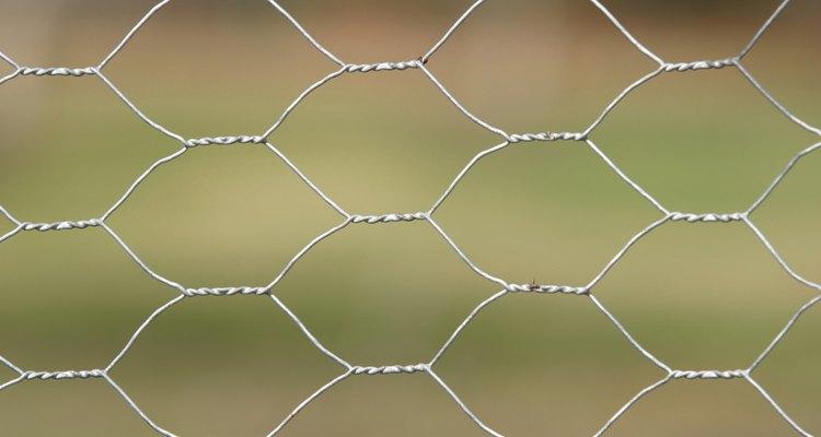A tela de alambrado é feita de material flexível e fácil de modelar