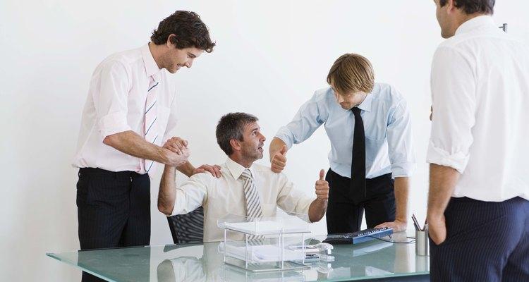 Felicita a un empleado recién ascendido con una tarjeta o regalo.