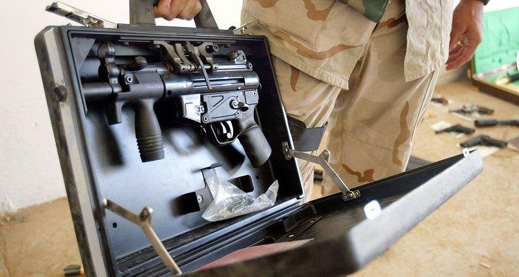 Un soldado de los EE. UU. sostiene una pistola ametralladora MP5 dentro de su estuche en Irak.
