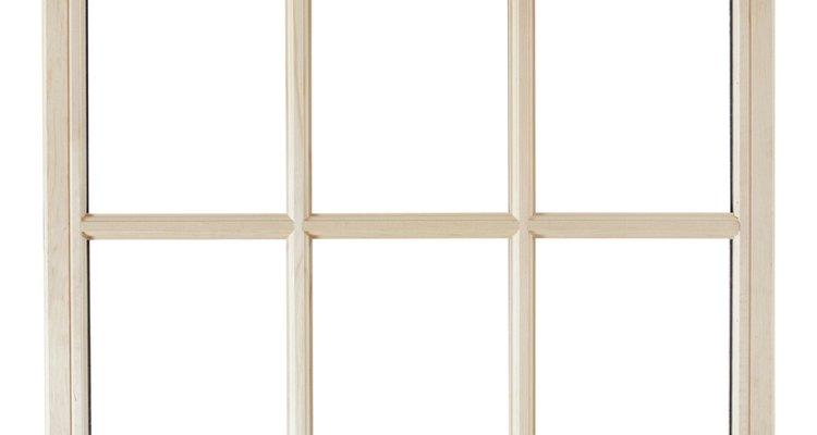 As manchas de alumínio nas janelas de vidro normalmente são resultado de água escorrendo da moldura de janelas, paredes, beirais e calhas de alumínio, que infiltram o material na água