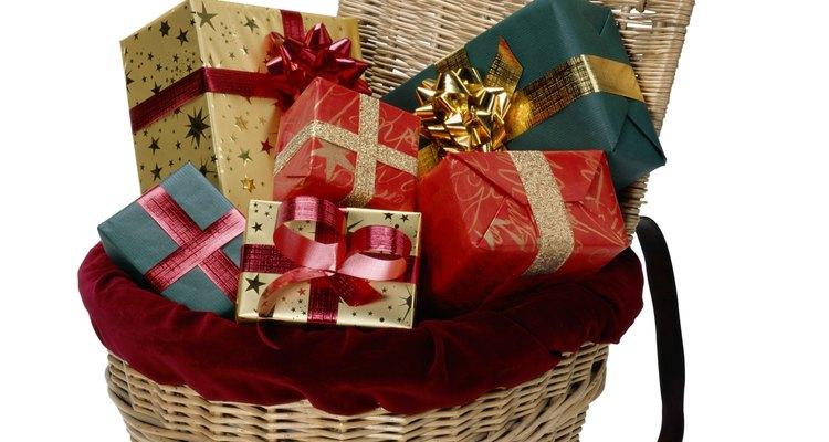Convierte una canasta ordinaria en un regalo lleno a su vez de pequeños obsequios.