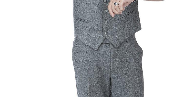 Un chaleco de hombre es una manera elegante de agregarle estilo a un traje o a un atuendo casual.
