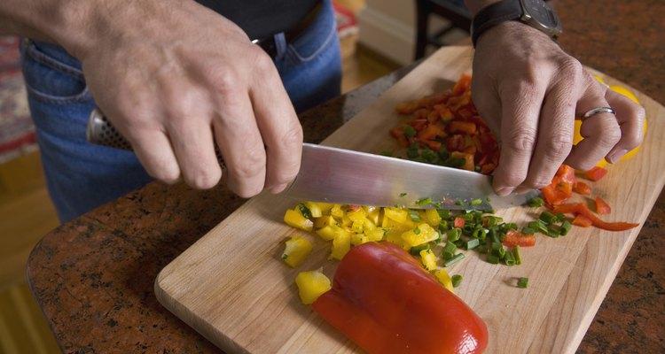 Dale sabor a una comida sin sabor con pimientos de colores y cebollas.