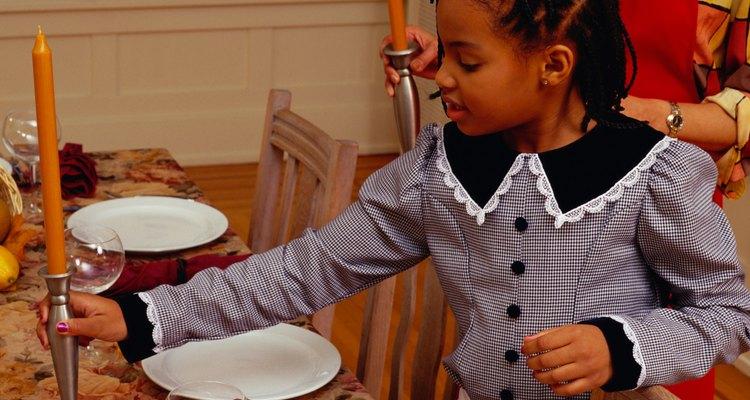 Deja que los niños participen en los preparativos de la cena.