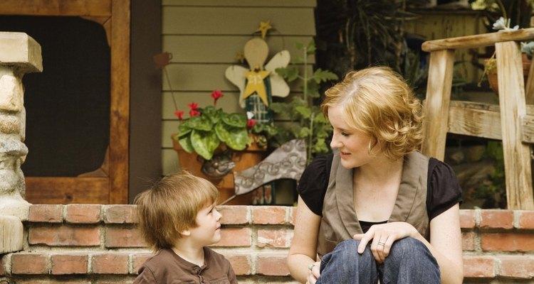 Criança em idade pré-escolar conversando com a mamãe