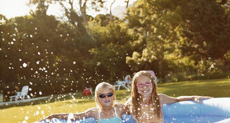 Água sanitária pode ser usada para manter uma piscina infantil limpa, quando é utilizada em quantidade adequada