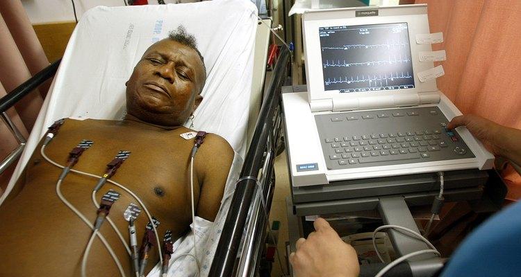 Homem realizando um exame de ECG