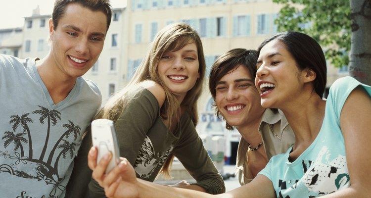 Los jóvenes se comunican más que otros grupos de mayor edad vía teléfono celular para intercambiar información acerca de productos o servicios.
