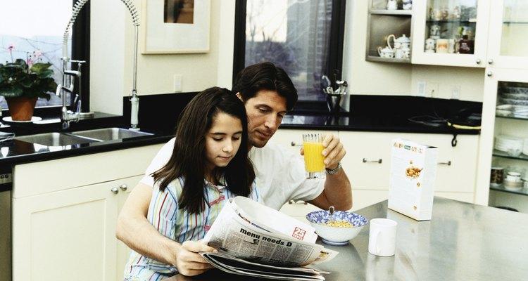 Enseñar a tu hijo acerca del periódico podría despertar su interés en el periodismo.