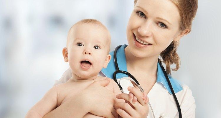 Los neonatólogos son pediatras que se especializan en cuidar infantes enfermos y prematuros.