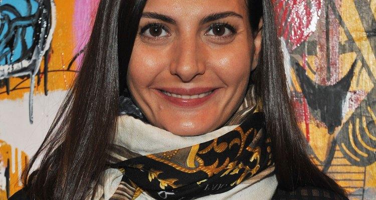 Giovanna Battaglia le da color a su conjunto negro con una bufanda circular.