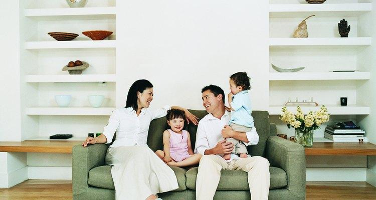 Familia sentada en un sofá.