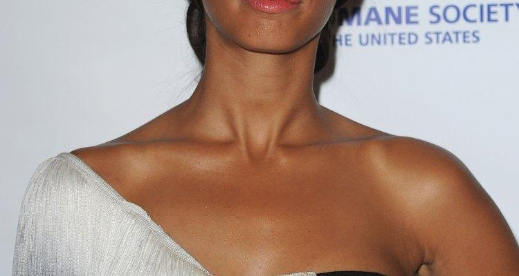 Leona Lewis lució un flequillo que le ayuda a balancear su estructura facial en el 25 aniversario de los premios Genesis.