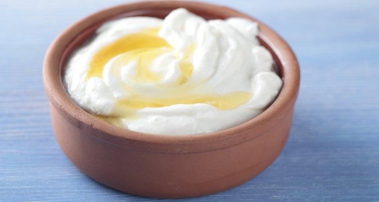 Asegúrate de alimentar a tu perro con yogur simple para evitar darle demasiada azúcar.