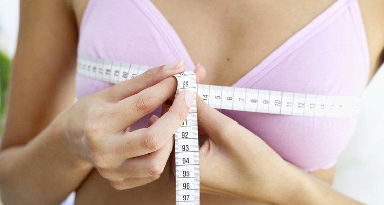 El tamaño de los pechos se ve afectado por muchos factores, incluyendo la genética, el peso corporal y el nivel de actividad.