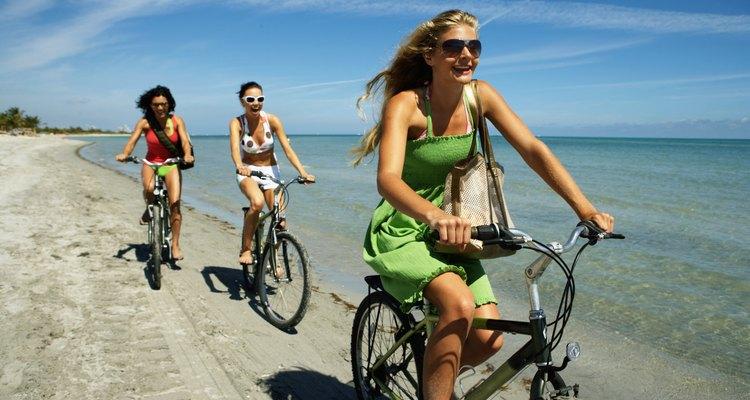Puedes pasear en bicicleta por la playa.
