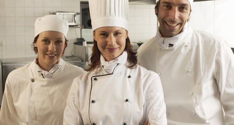 Los chefs utilizan zuecos para tener mayor comodidad y seguridad al trabajar.