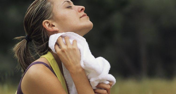 Mujer secándose el sudor.