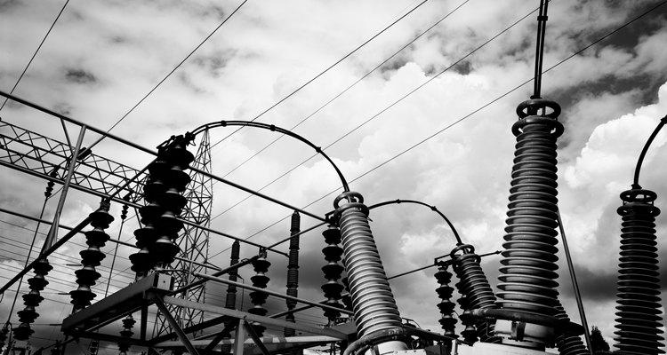 Los hogares reciben electricidad de las líneas eléctricas, que transfieren energía desde las centrales eléctricas.