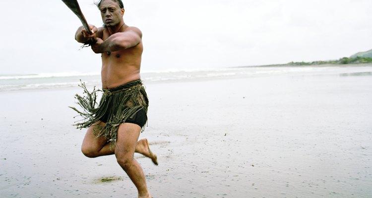 Os jogos maoris com varas treinam habilidades com lanças