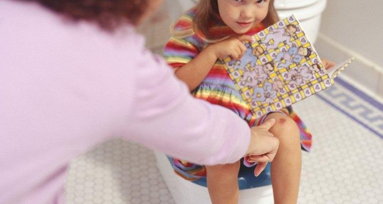 Darle un libro en el orinal puede ayudar a bajar la ansiedad y evacuar.