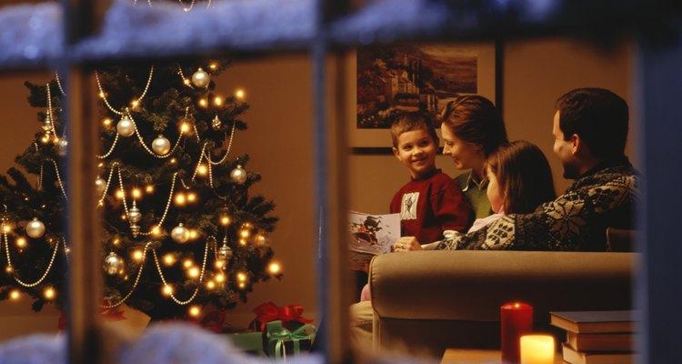 Utiliza la nieve en aerosol en tus ventanas para dar a tu hogar un toque de invierno.
