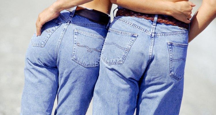 Corta la otra pierna del jean a la misma altura que la anterior.