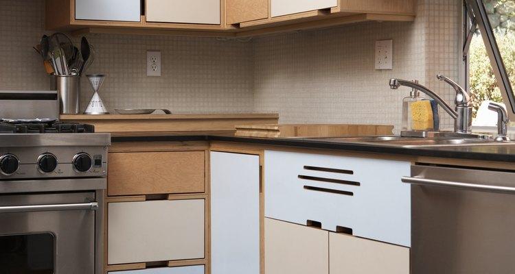 Crea más espacio en tu cocina con gabinetes especialmente diseñados para las esquinas.