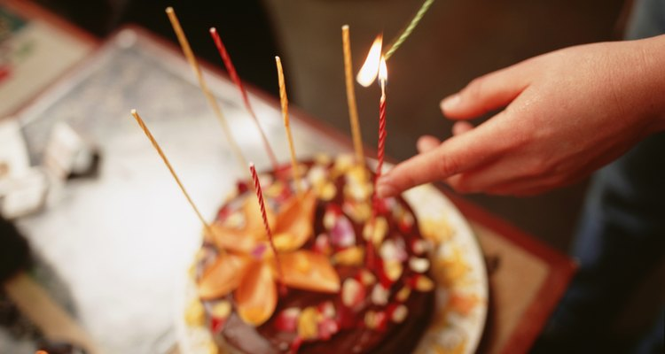 Mujer encendiendo las velas del pastel.