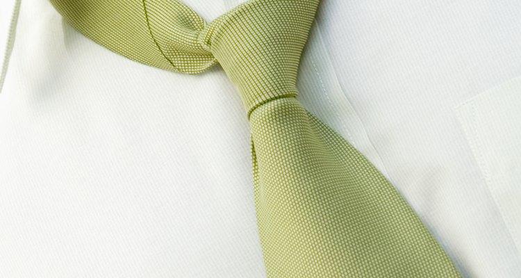 Gravatas podem agravar o anel ao redor do colarinho porque forçam o colarinho a se esfregar contra o seu pescoço