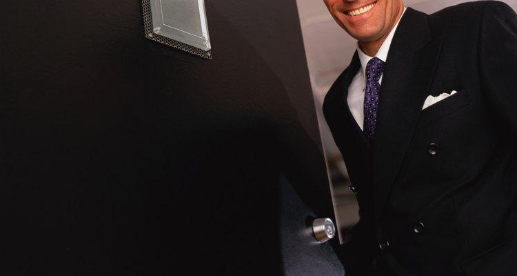Saca la escalera del camino y prueba la puerta.