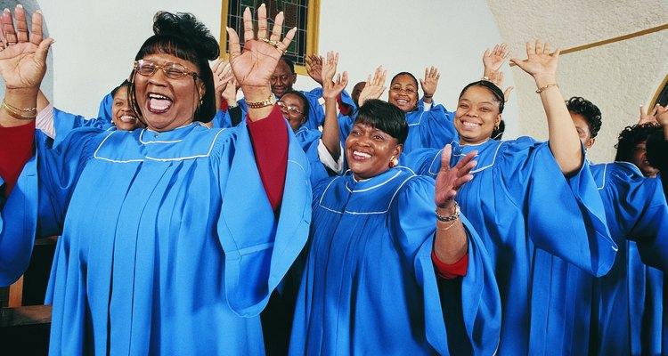 El coro de una iglesia ayuda a que el servicio religioso sea más agradable ya que ofrece música inspiradora para el público.