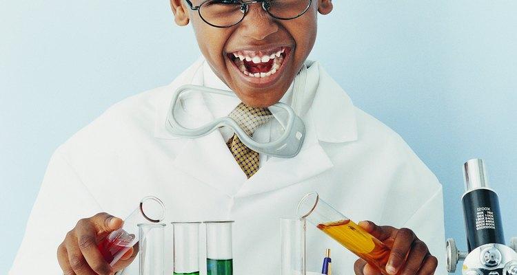Los experimentos científicos nutren los cinco sentidos, así comola habilidad de resolver problemas, explorar y expandirse en ideas básicas.