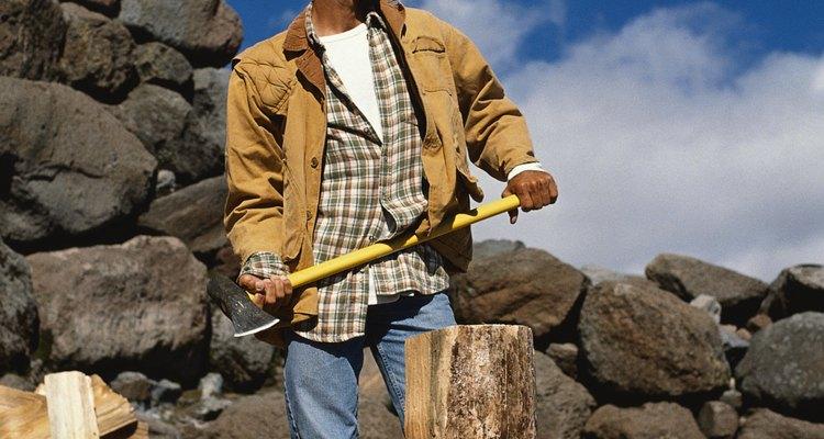 Corte a pedra posicionando o formão ao longo das marcas