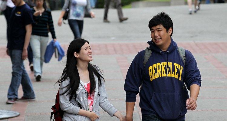 Estudantes no Sproul Plaza, um dos principais pontos de encontro na universidade