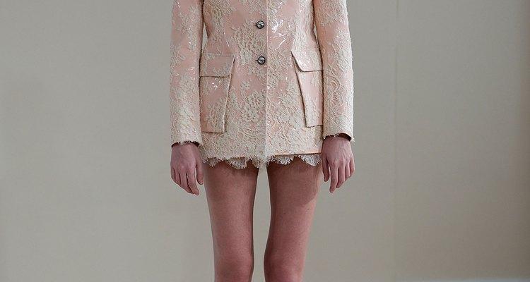 El diseño de Huishan Zhang en la Semana de la Moda de Londres: una versión rosada de encaje de la camisa de Mao.