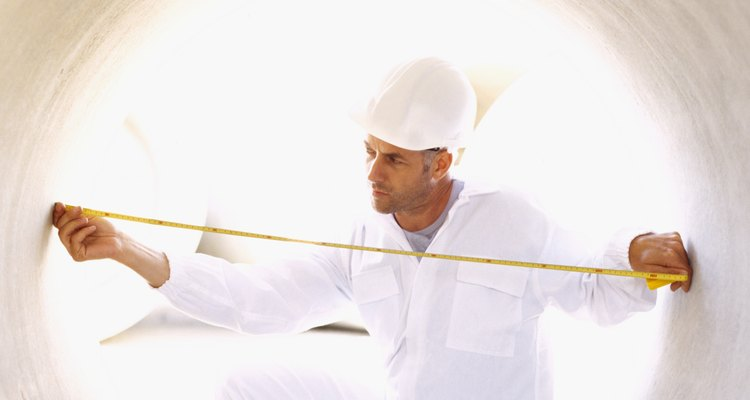 Esta persona esta midiendo el diámetro de un tubo.
