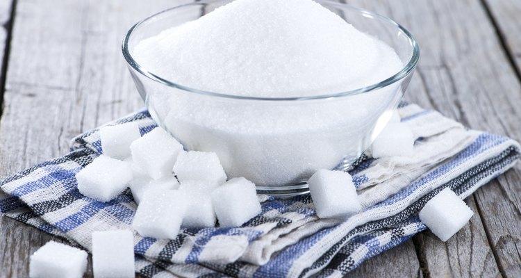 Mais comum dos supermercados, o açúcar refinado é produzido com aditivos químicos, que retiram dele sais e nutrientes