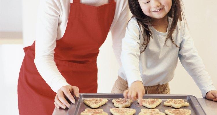 Garota olhando para biscoitos de Natal
