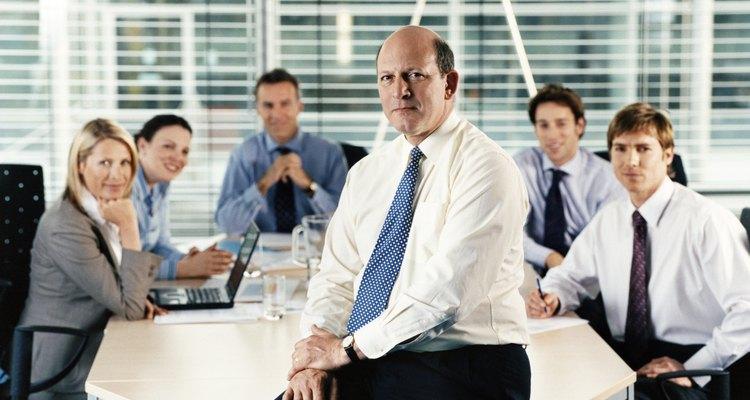 Un administrador tiene a su cargo muchos departamentos de la empresa, ya que su trabajo es asegurar el uso adecuado de los recursos.