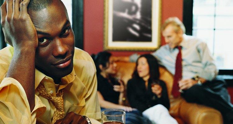 Homem com dor de cabeça em uma festa