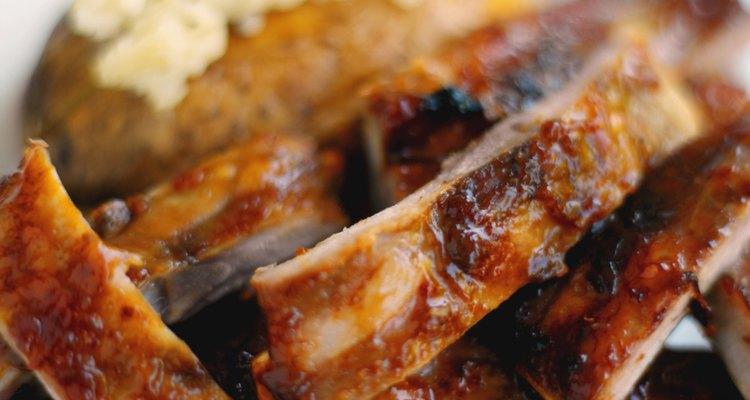 Poner en salmuera las costillas les infunde humedad y sabor antes de cocinarlas.