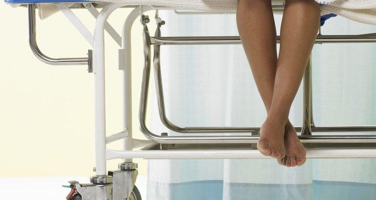 Después de leer el artículo y con un poco de paciencia seras capaz de colocarte una bata de hospital sin problema.