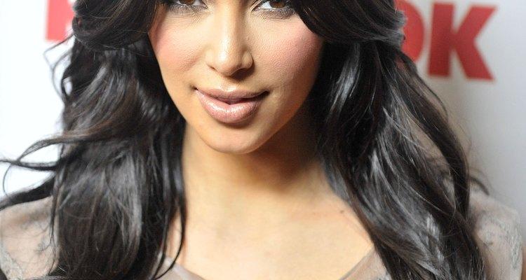 Péinate con un gran barril rizador para lograr la apariencia elegante de Kim Kardashian.
