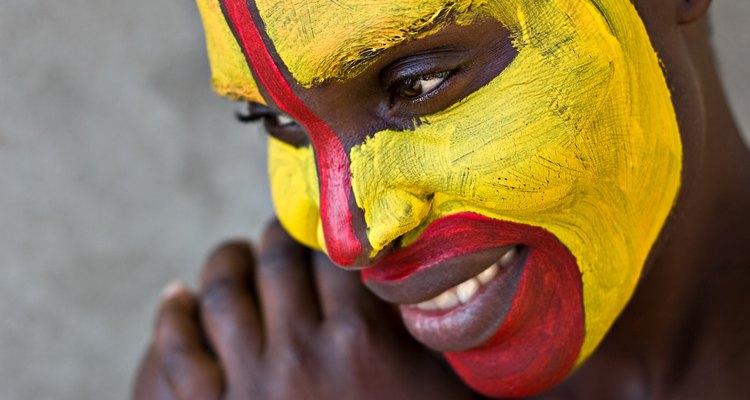 Mujer Zulu joven con la cara pintada.
